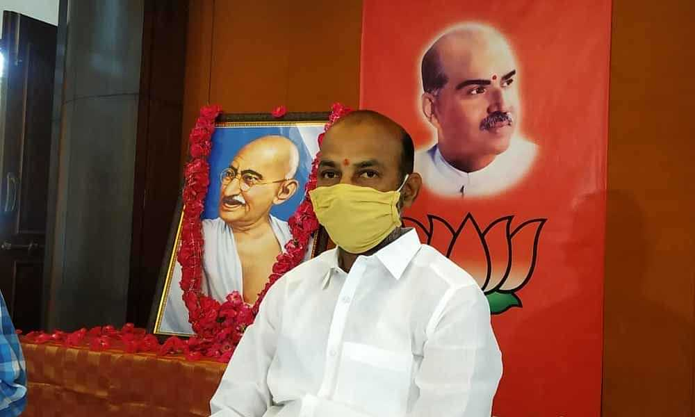 Demanding MSP for farmers, Telangana BJP Chief Stages ...